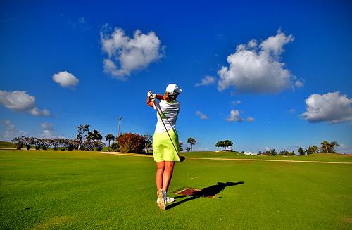 frau-beim-golf-im-grünen
